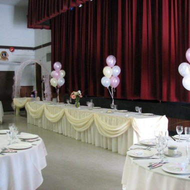 Simple Balloon Bouquets behind the head table
